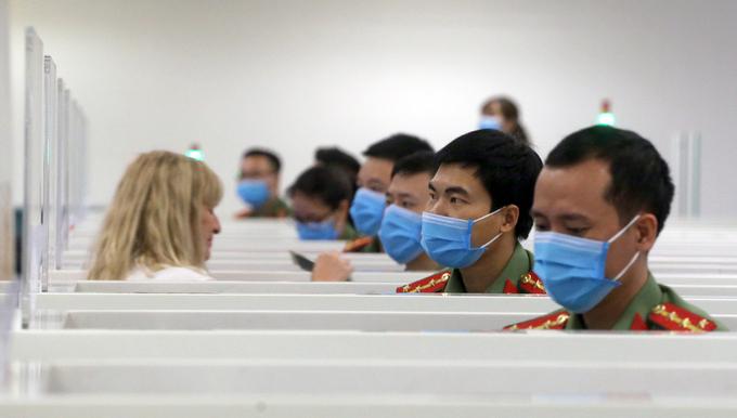 Khách nước ngoài khai báo thông tin y tế tại cảng hàng không quốc tế Nội Bài hồi đầu tháng 3/2020. Ảnh: Bá Đô