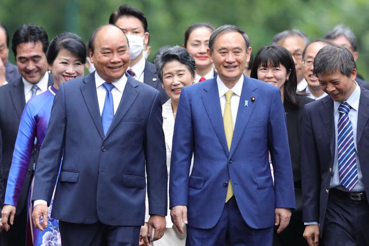 Chủ tịch nước Nguyễn Xuân Phúc (trái) và Thủ tướng Nhật Yoshihide Suga trong cuộc gặp hồi tháng 10/2020 tại Hà Nội. Ảnh: Ngọc Thành.