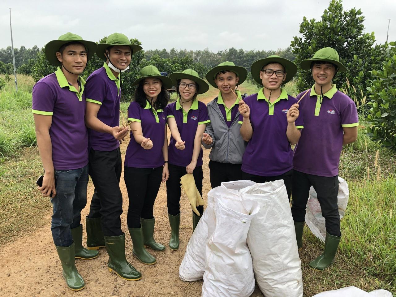 Sinh viên Đại học Kinh tế TP HCM ngành kinh doanh nông nghiệp đang làm việc tại nông  trại organic của Vinamit.