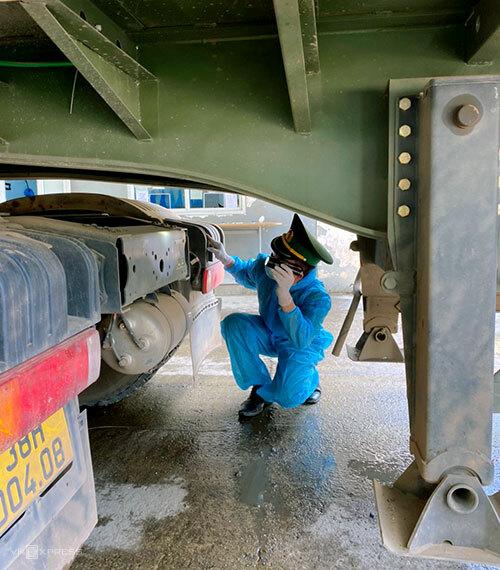Bộ đội Biên phòng Hà Tĩnh kiểm tra một xe đầu kéo khi nhập cảnh từ Lào về Việt Nam. Ảnh: Đức Hùng