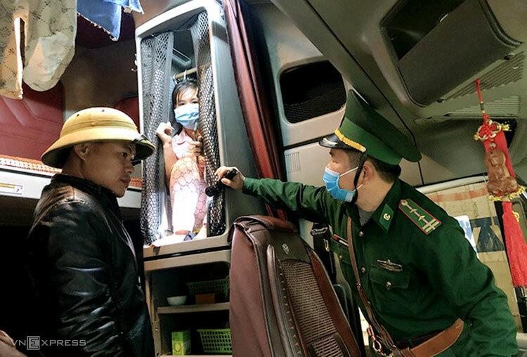 Người phụ nữ trốn trong tủ phía sau ghế lái để nhập cảnh trái phép, bị Bộ đội Biên phòng Quảng Bình phát hiện hồi tháng 11/2020. Ảnh: Đức Trí