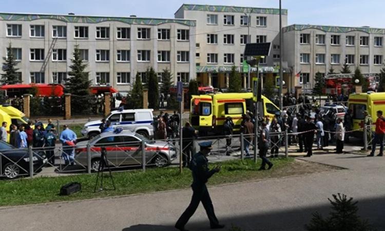 Xe cứu thương và cảnh sát bên ngoài hiện trường vụ xả súng tại trường trung học ở Kazan hôm nay. Ảnh: Sputnik.
