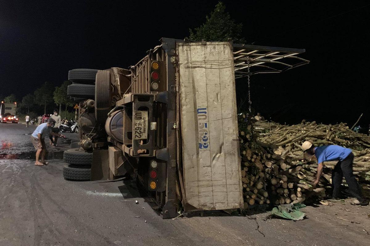 Xe tải lật nghiêng bên đường sau khi tông ôtô con. Ảnh: Ngọc Oanh