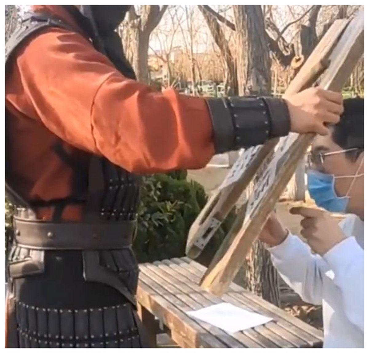 Quân lính gông cổ du khách không mang khẩu trang - 1