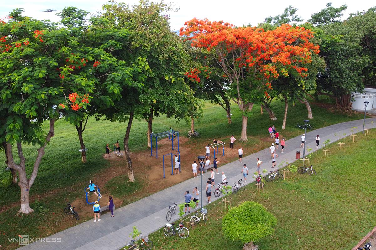 Công viên Thương Bạc ở bờ sông Hương. Ảnh: Võ Thạnh