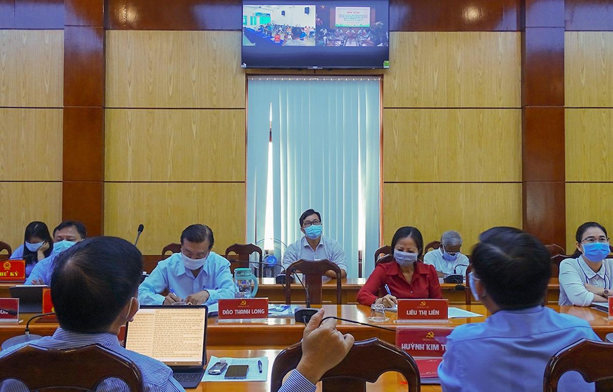 Đại biểu tham dự buổi tiếp xúc cử tri theo hình thức trực tuyến tại UBND quận 11, sáng 11/5. Ảnh: Hà An.