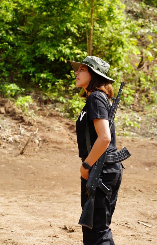 Hoa hậu Myanmar Htar Htet Htet đăng ảnh đeo súng trường trên vai hôm 11/5. Ảnh: Facebook/Htar Htet Htet.