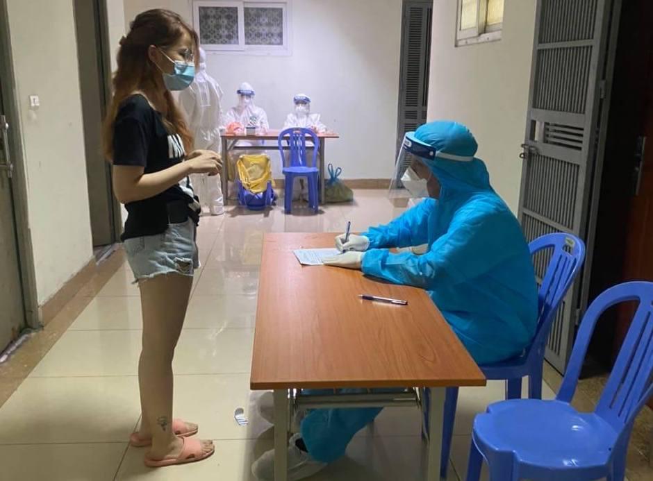 Lấy mẫu xét nghiệm tại tầng 7, nơi có ca nghi nhiễm, tòa 187 Nguyễn Lương Bằng. Ảnh: Trần Long