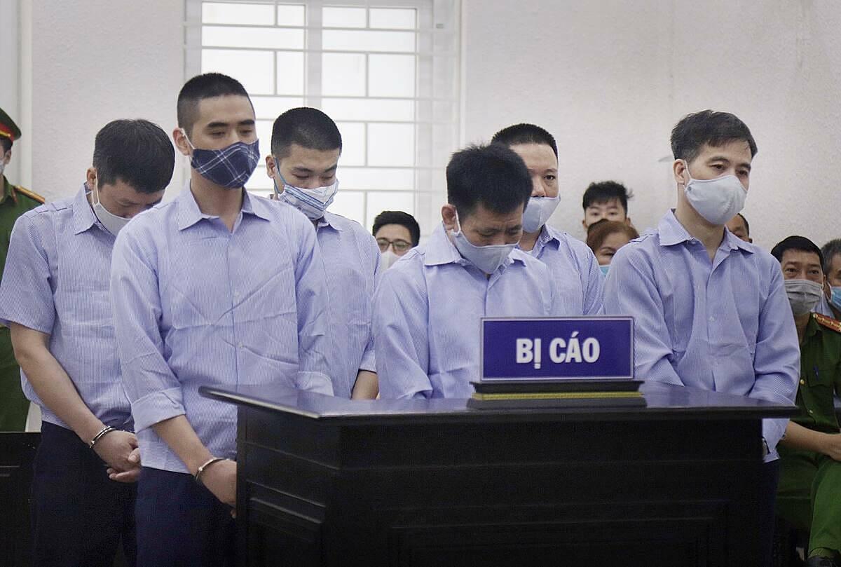 Các bị cáo trong phiên xét xử sáng 11/5. Ảnh: Danh Lam