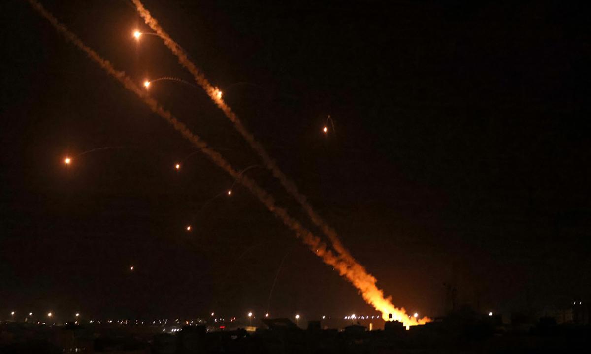 Dân quân Hamas phóng rocket nhằm vào Israel từ Dải Gaza tối 12/5. Ảnh: AFP.