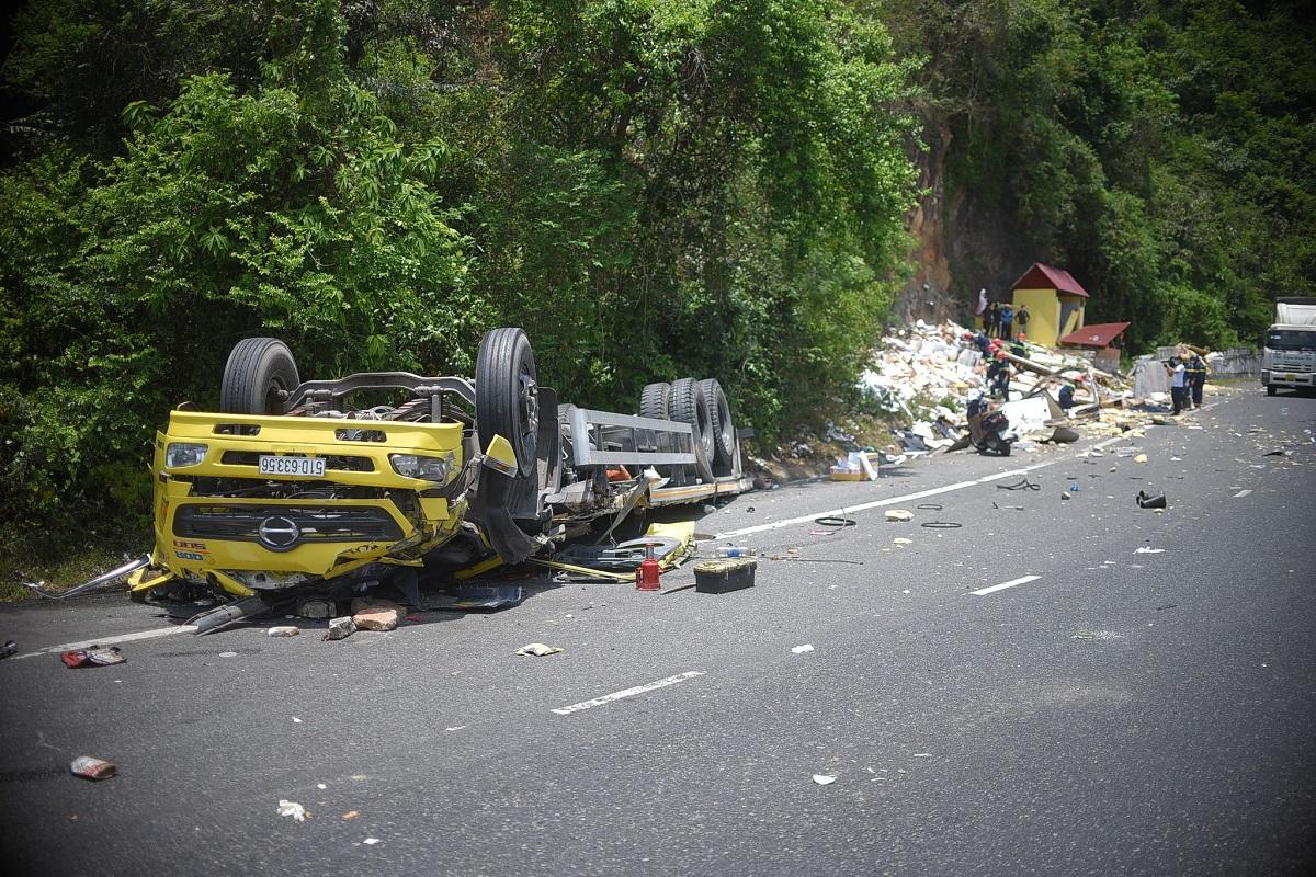 Ôtô tải lật ngửa sau khi tông vào vách núi ở đèo Cù Mông, trưa 12/5. Ảnh: Sơn Dương.