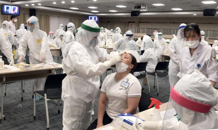 Nhân viên y tế tỉnh Bắc Ninh lấy mẫu xét nghiệm cho công nhân Công ty Sam Sung tối 11/5. Ảnh: Báo Bắc Ninh