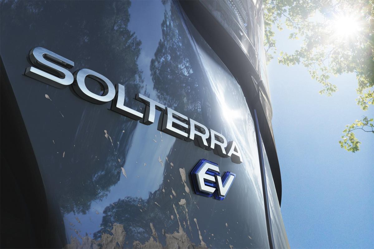 Tên gọi Solterra phía đuôi xe, kèm đặc điểm cho biết đây là xe điện, EV. Ảnh: Subaru