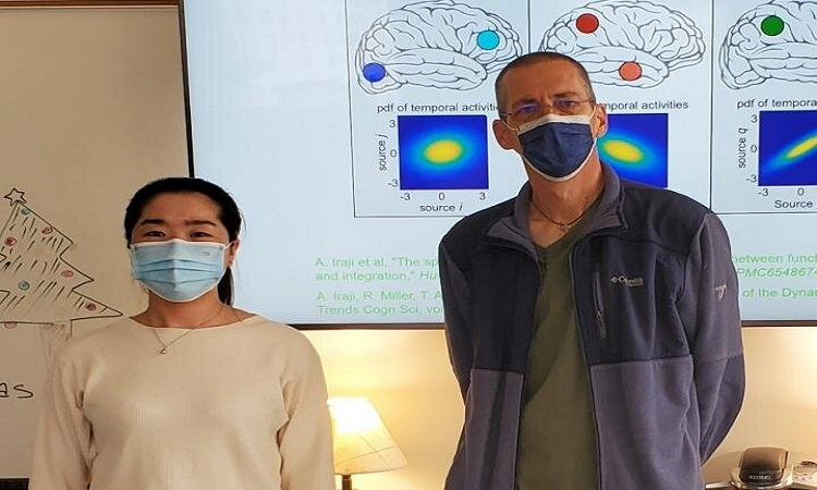 Nhà nghiên cứu Kuaikuai Duan và Vince Calhoun phát hiện biến chứng thần kinh ở bệnh nhân Covid-19 có thể liên quan tới lượng chất xám giảm sút trong não. Ảnh: Đại học Georgia.