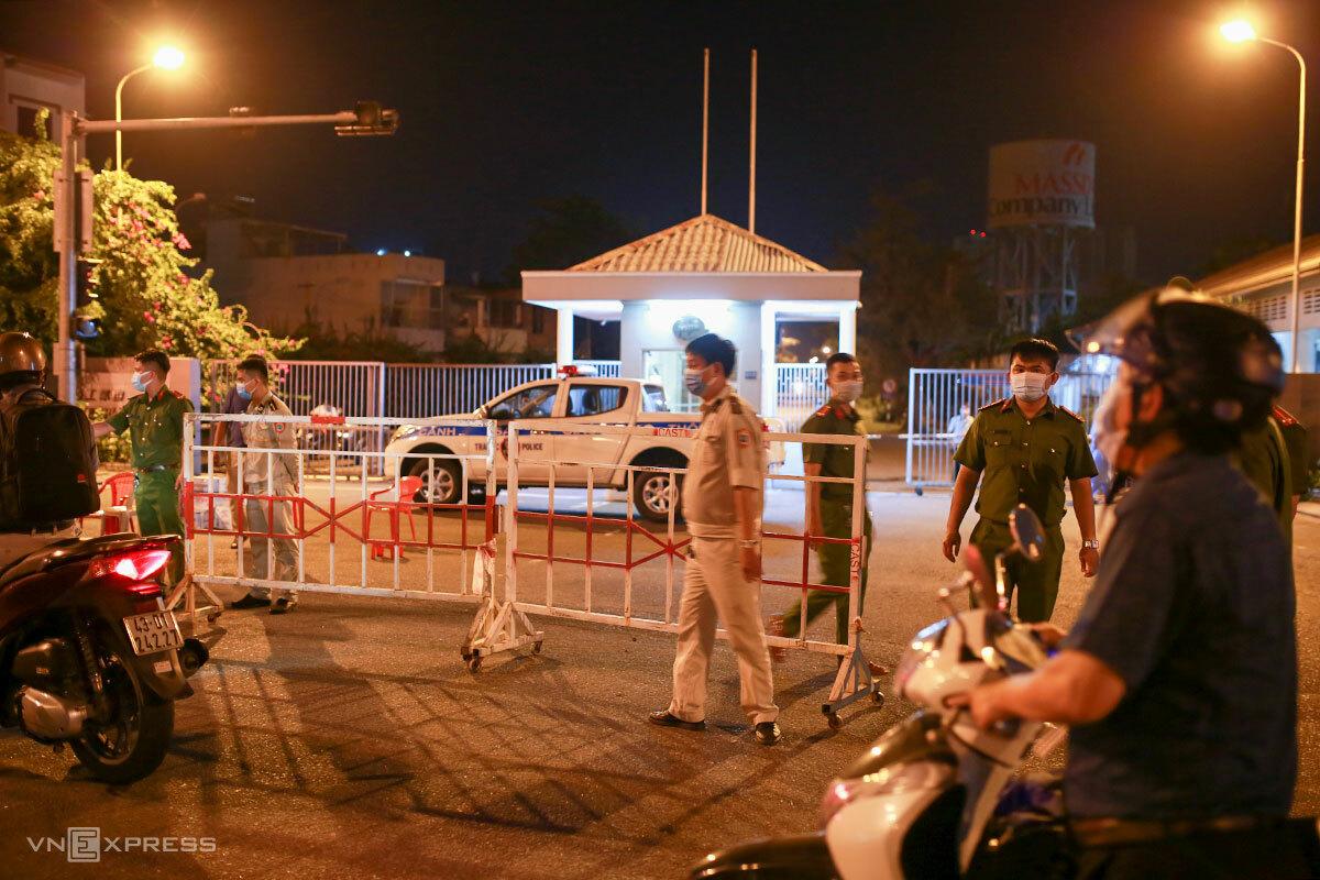 Lực lượng công an, quy tắc đô thị phong toả cổng Khu công nghiệp An Đồn. Ảnh: Nguyễn Đông.