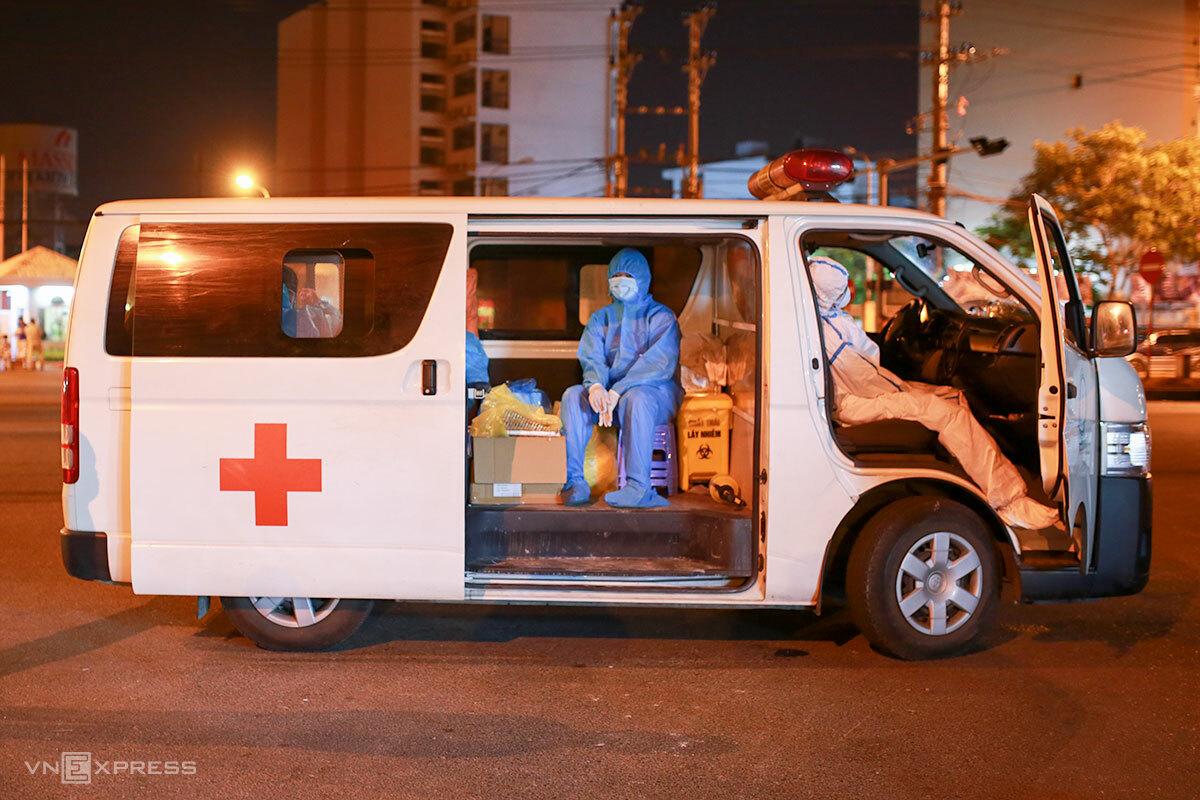 Nhân viên y tế ngủ gục khi vừa kết thúc lấy mẫu, lúc 23h30. Ảnh: Nguyễn Đông.