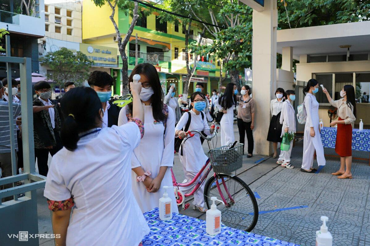 Học sinh Đà Nẵng được đo thân nhiệt trong ngày đầu tiên đi học vì lùi ngày tựu trường trong làn sóng Covid thứ hai, ngày 14/9/2020. Ảnh:Nguyễn Đông.
