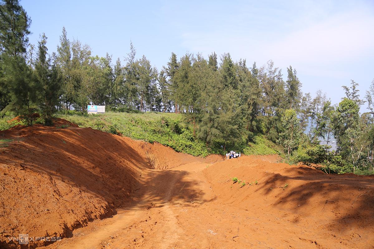 Con đường vừa thi công xong phần nền phải tạm dừng. Ảnh: Hoàng Táo