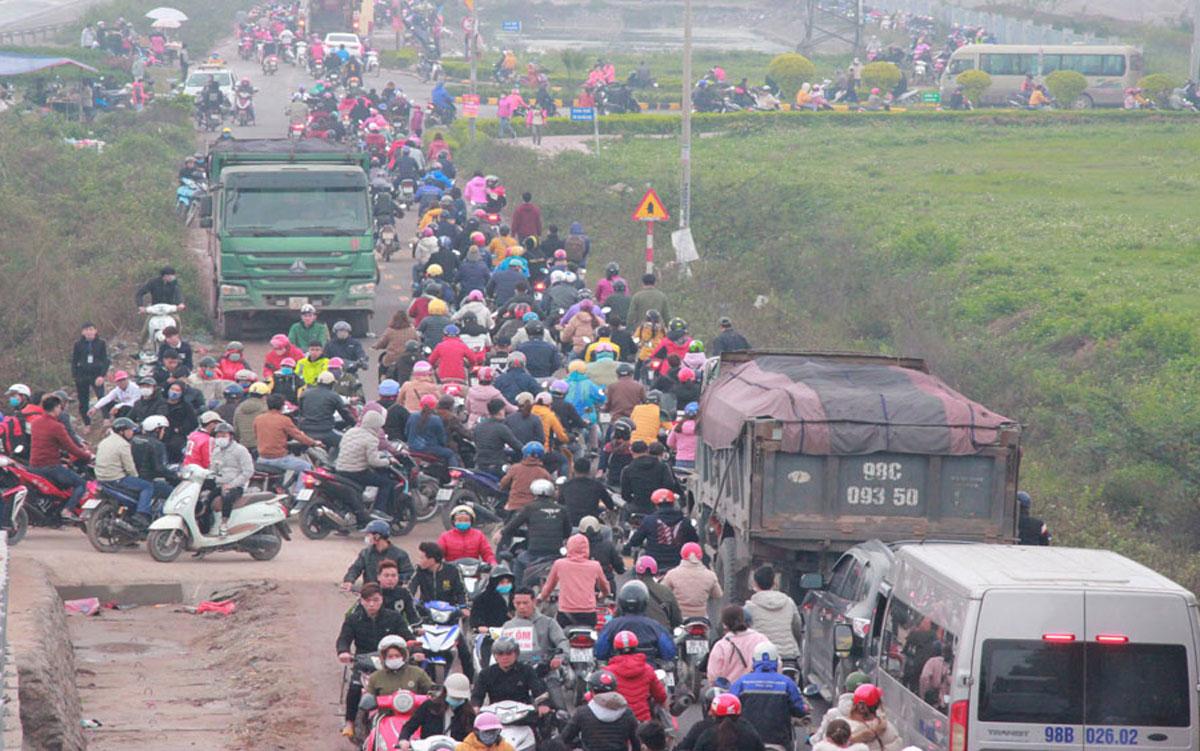 Giờ tan tầm trước Khu công nghiệp Vân Trung, tháng 3/2020. Ảnh: Báo Bắc Giang