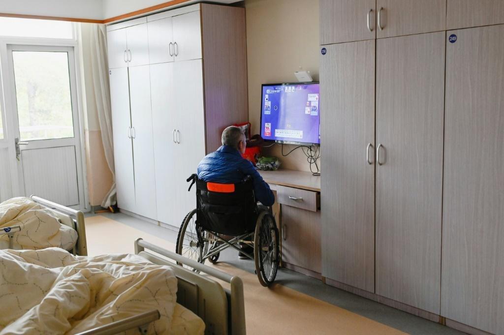 Một cụ ông xem tivi trong viện dưỡng lão ở Như Cao hôm 31/3. Ảnh: AFP