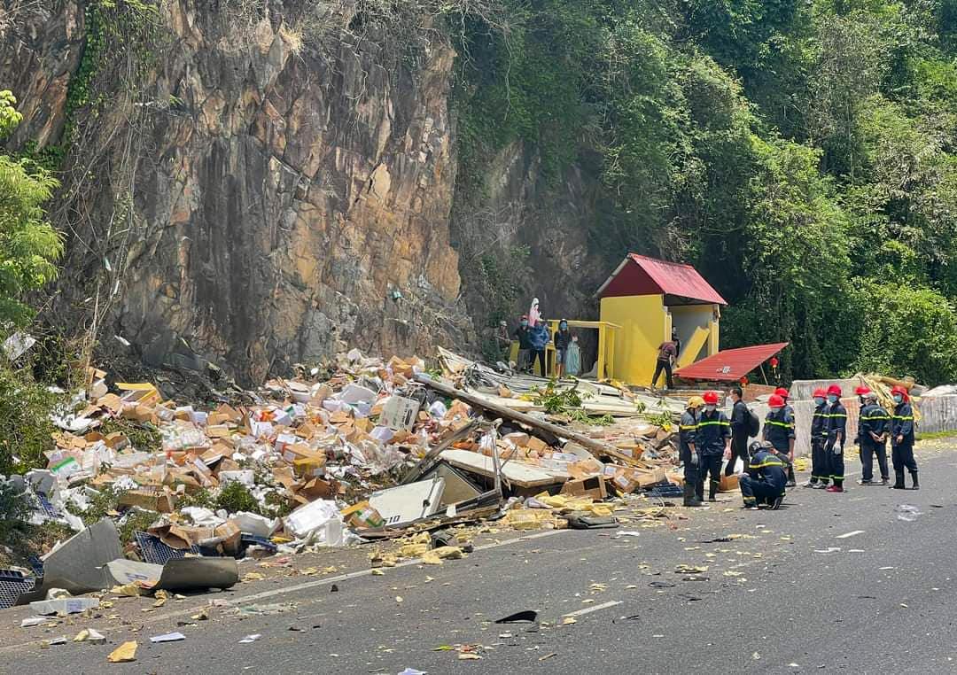 Các thùng xốp và thực phẩm vung vãi sau khi xe tải đâm vào vách núi. Ảnh: Sơn Dương