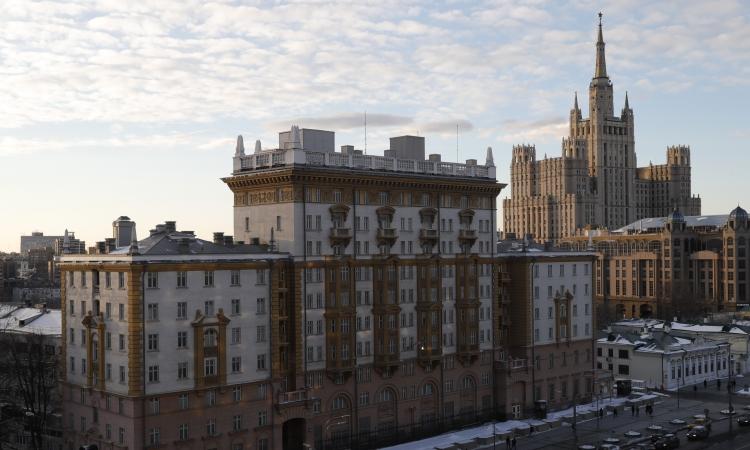 Đại sứ quán Mỹ tại Moskva, Nga, hồi tháng 3/2018. Ảnh: Reuters.