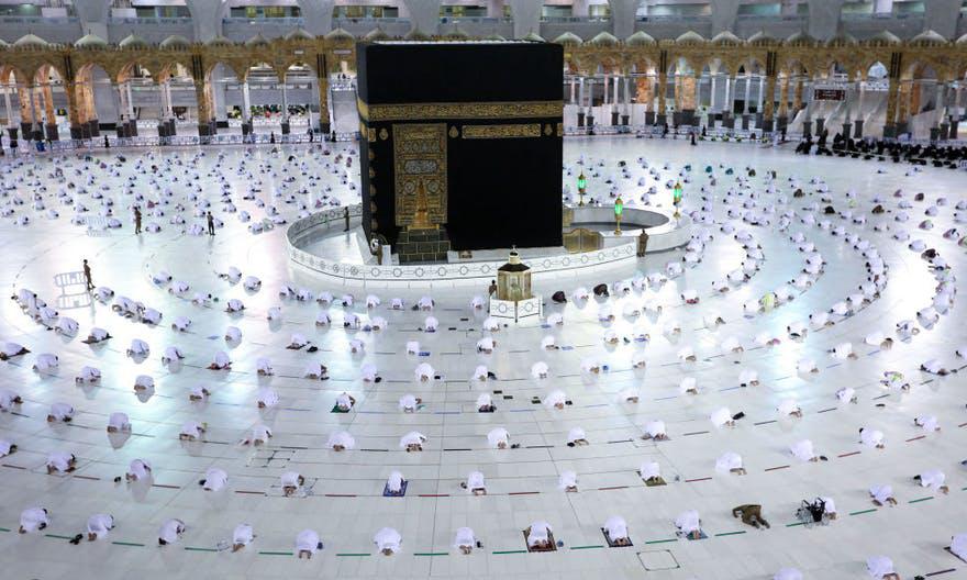 Các tín đồ Hồi giáo cầu nguyện xung quanh Hắc Thạch tại tòa nhà Kaaba, bên trong nhà thờ Haram ở Mecca, Arab Saudi, hôm 13/4. Ảnh: AFP.