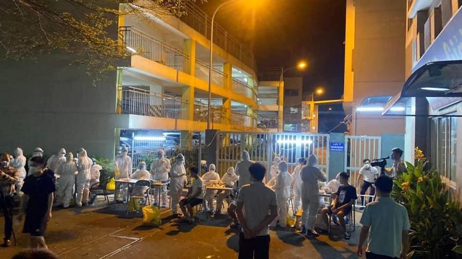 Nhân viên y tế lấy mẫu cho hàng trăm công nhân ở ký túc xá Công ty Canon trong đêm 11/5. Ảnh: Thanh Tùng