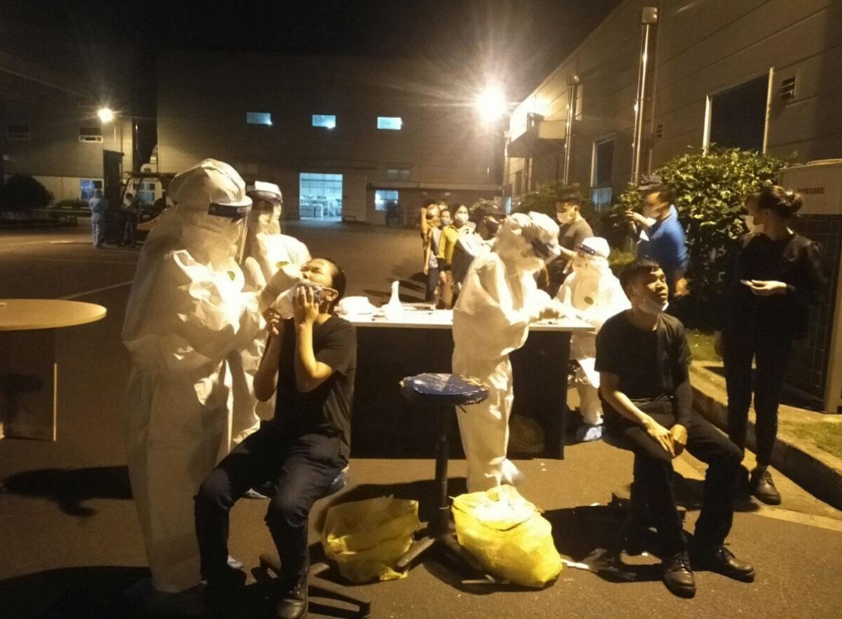Lực lượng y tế Bắc Giang xuyên đêm lấy mẫu cho công nhân Shin Young. Ảnh: CDC Bắc Giang