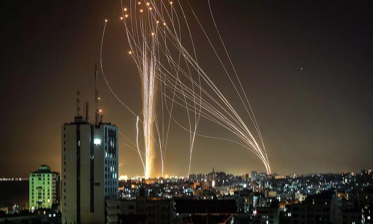 Tên lửa được phóng từ Dải Gaza về phía thành phố Tel Aviv, Israel, ngày 11/5. Ảnh: AFP.