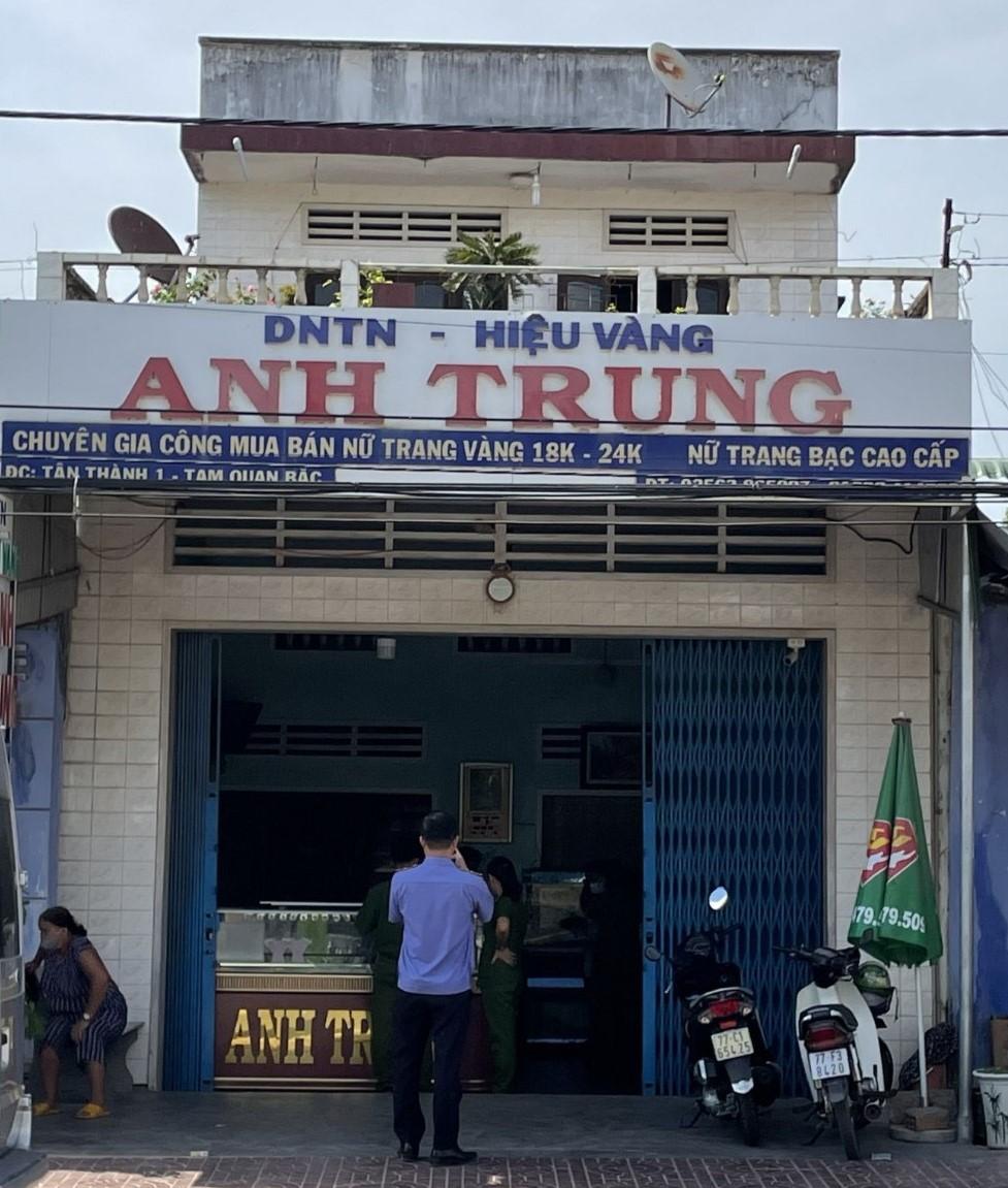 Cơ quan chức năng khám nghiệm hiện trường ở tiệm vàng Anh Trung. Ảnh: Danh Nhân.