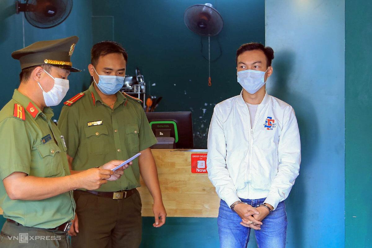 Nghi phạm Nguyễn Trần Anh Tuấn (áo trắng), bị bắt trưa 12/5. Ảnh: Đông Khanh.