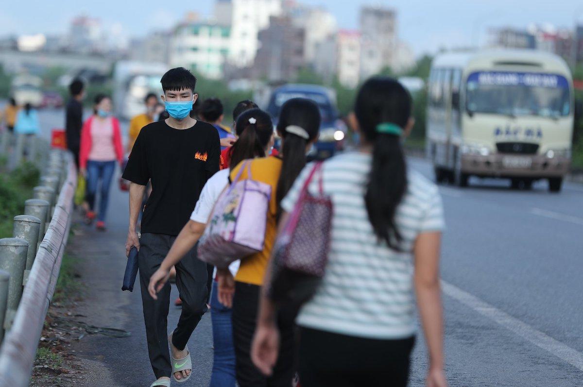 Công nhân Khu công nghiệp Vân Trung vào nhà máy, tháng 9/2020. Ảnh: Tùng Sơn