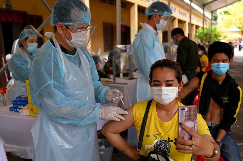 Người dân Campuchia tiêm vaccine Covid-19 tại một trường học ở Phnom Penh hôm 3/5. Ảnh: AFP