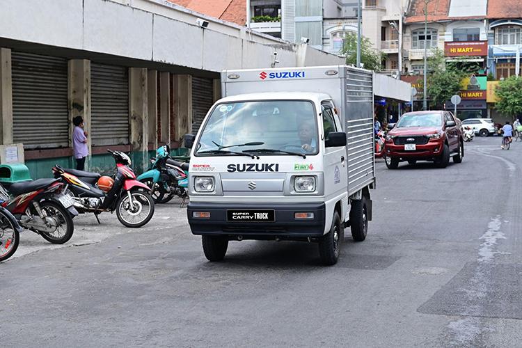 Xe tải nhẹ Carry Truck trên đường phố Việt Nam.