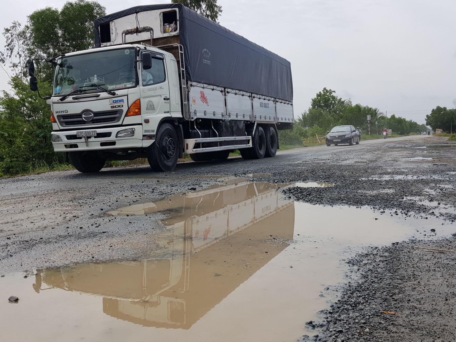 Quốc lộ 62 thường xuyên xuống cấp, đọng nước gây nguy hiểm cho các phương tiện. Ảnh: Kiên Định
