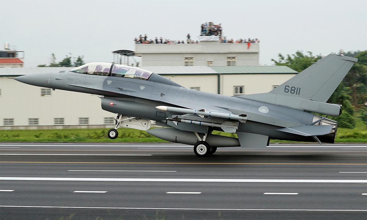 Tiêm kích F-16 của lực lượng phòng vệ trên không Đài Loan cất cánh từ đường cao tốc trong diễn tập Hán Quang tháng 5/2019. Ảnh: Reuters.