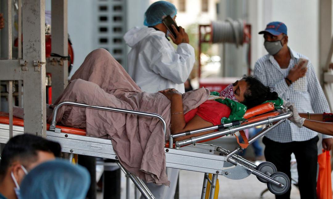 Một bệnh nhân Covid-19 được đưa vào viện điều trị tại Ahmedabad, Ấn Độ hôm 19/4. Ảnh: Reuters.