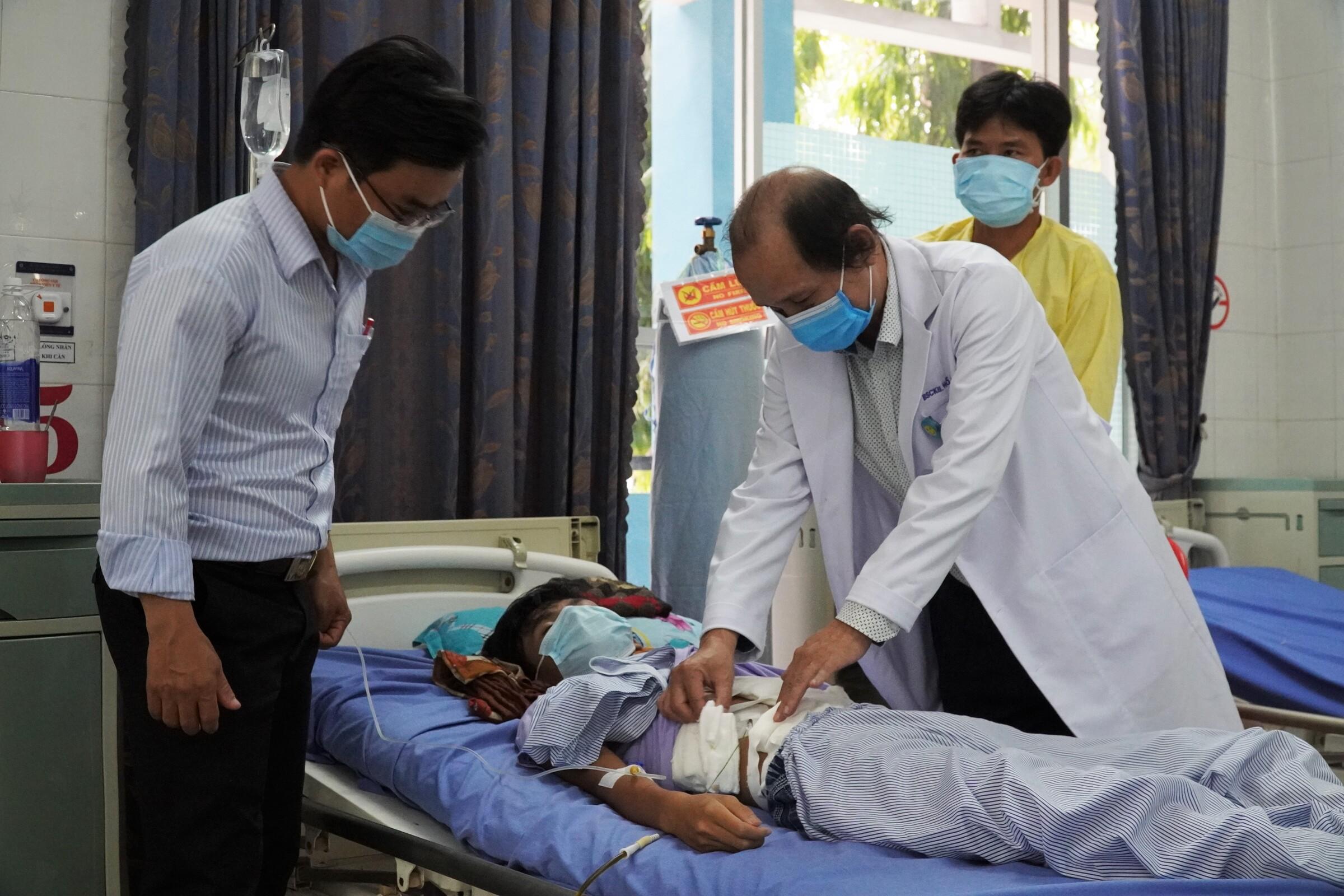 Bác sĩ Hồ Ngọc Sơn, phó giám đốc Bệnh viện đa khoa Nam Bình Thuận đang thăm khám cho em Hải, chiều 6/5. Ảnh: Việt Quốc.