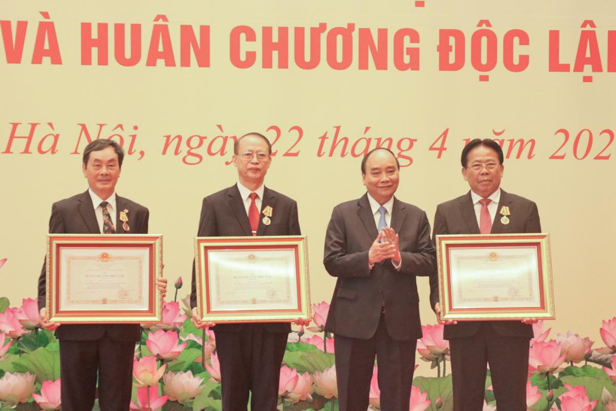 Ba nguyên Phó chủ tịch Liên hiệp các Hội Khoa học và Kỹ thuật Việt Nam được trao tặng Huân chương Độc lập. Ảnh: NX.