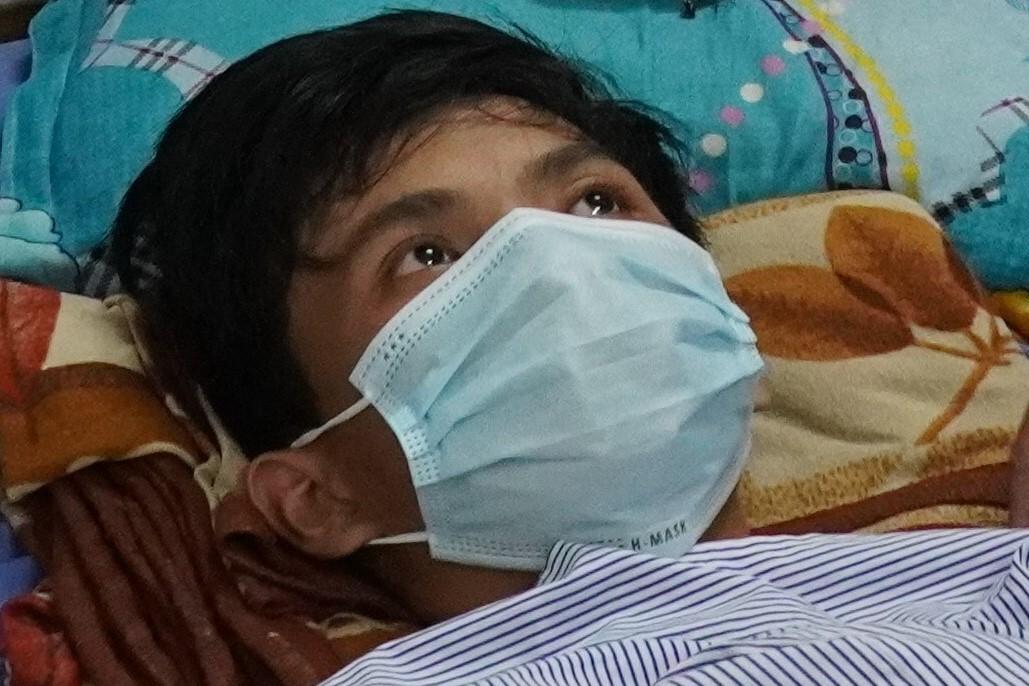 Em Nguyễn Thanh Hải bị vỡ gan, đã qua cơn nguy kịch, hiện đang điều trị tại Bệnh viện đa khoa Nam Bình Thuận. Ảnh: Việt Quốc.