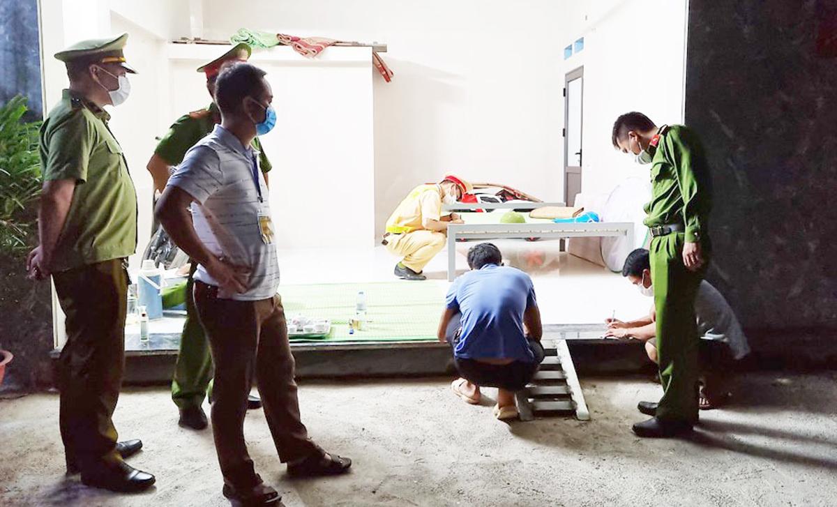 Tổ công tác lập biên bản, xử phạt hai thanh niên ở khu nhà trọ và đưa đi cách ly trong đêm 12/5. Ảnh: Báo Bắc Giang
