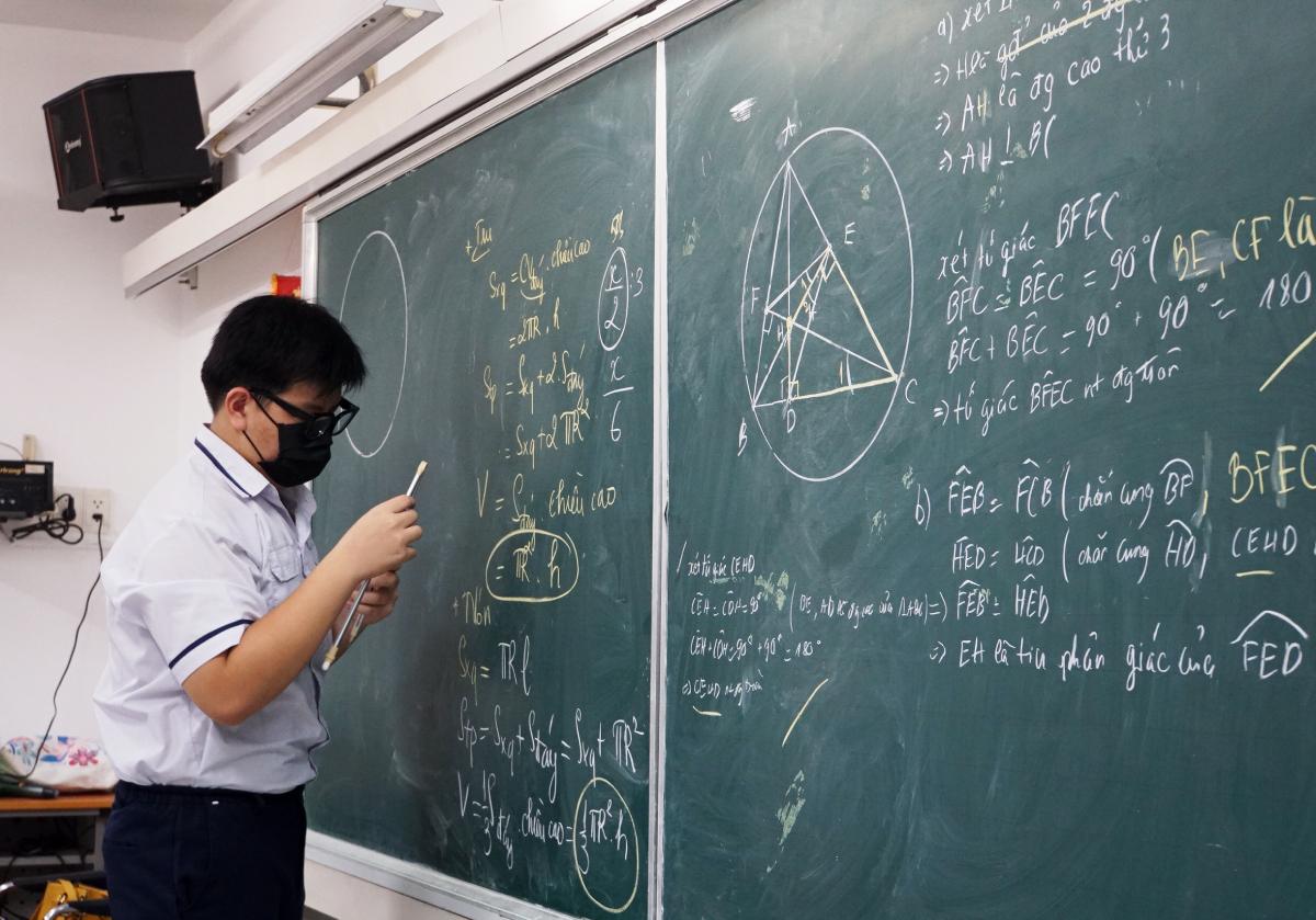 Học sinh lớp 9 trường THCS Nguyễn Du (quận 1) ôn tập môn Toán để thi vào lớp 10, chiều 13/5. Ảnh: Mạnh Tùng.