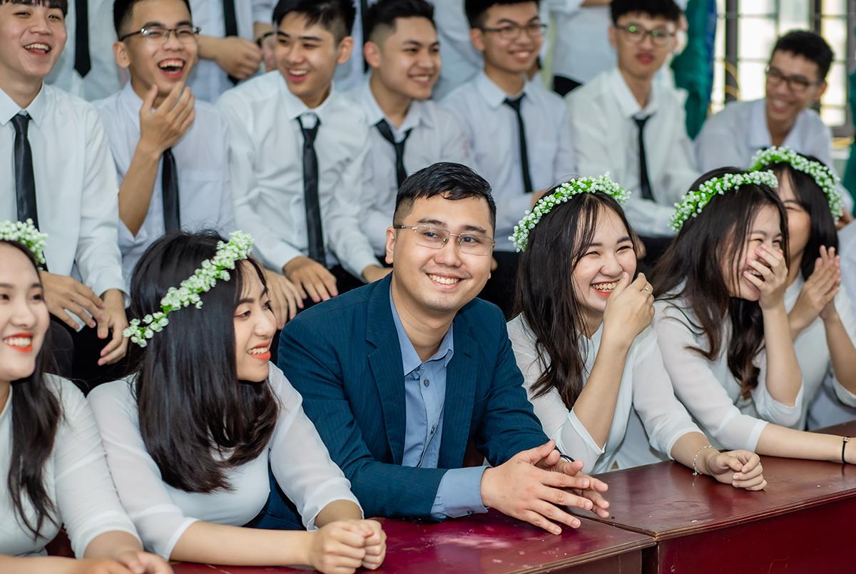Thầy Trần Thế Hùng chụp ảnh kỷ yếu cùng học sinh cuối cấp. Ảnh: Nhân vật cung cấp.