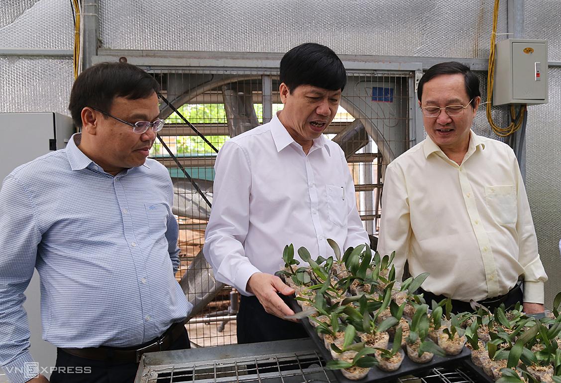 Bộ trưởng Huỳnh Thành Đạt (phải) thăm Trung tâm nghiên cứu ứng dụng và thông tin KHCN Quảng Trị. Ảnh: Hoàng Táo