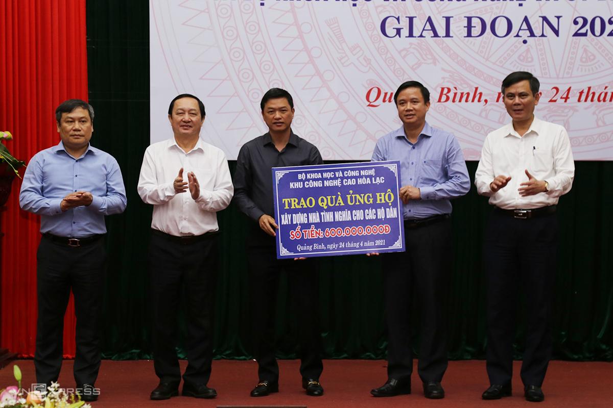 Tỉnh Quảng Bình nhận 600 triệu đồng của đoàn công tác để xây dựng nhà tình nghĩa. Ảnh: Hoàng Táo