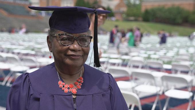 Cụ bà Vivian Cunningham trong lễ tốt nghiệp ĐH Samford ở tuổi 78 hôm 8/5. Ảnh: ABC News.