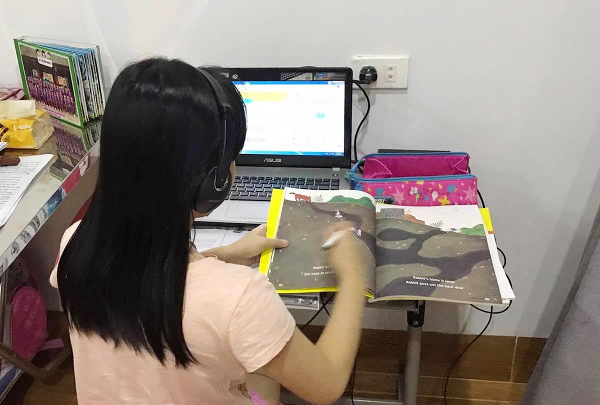 Học sinh ở thành phố Vĩnh Yên (Vĩnh Phúc) học online tối 13/5. Ảnh: Dương Dương.