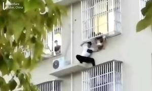 Thanh niên cứu bé gái kẹt dưới cửa sổ chung cư