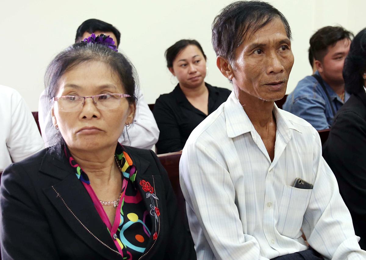 Ông Dũng và vợ tại tòa hôm nay. Ảnh: Hữu Khoa.
